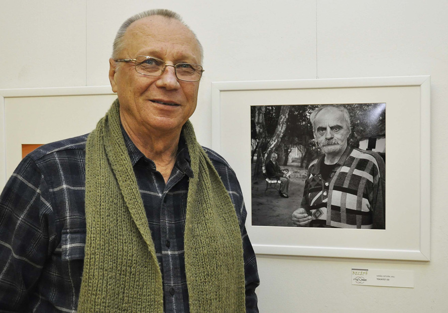Author in front of his photo