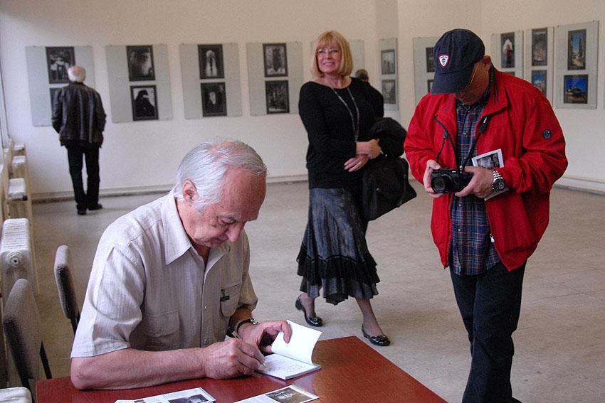 Potpisivanje kataloga izložbe