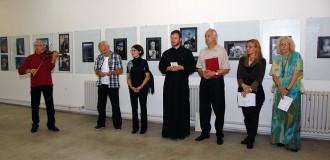 Prof Živojin Velimirović muzicira na otvaranju izložbe