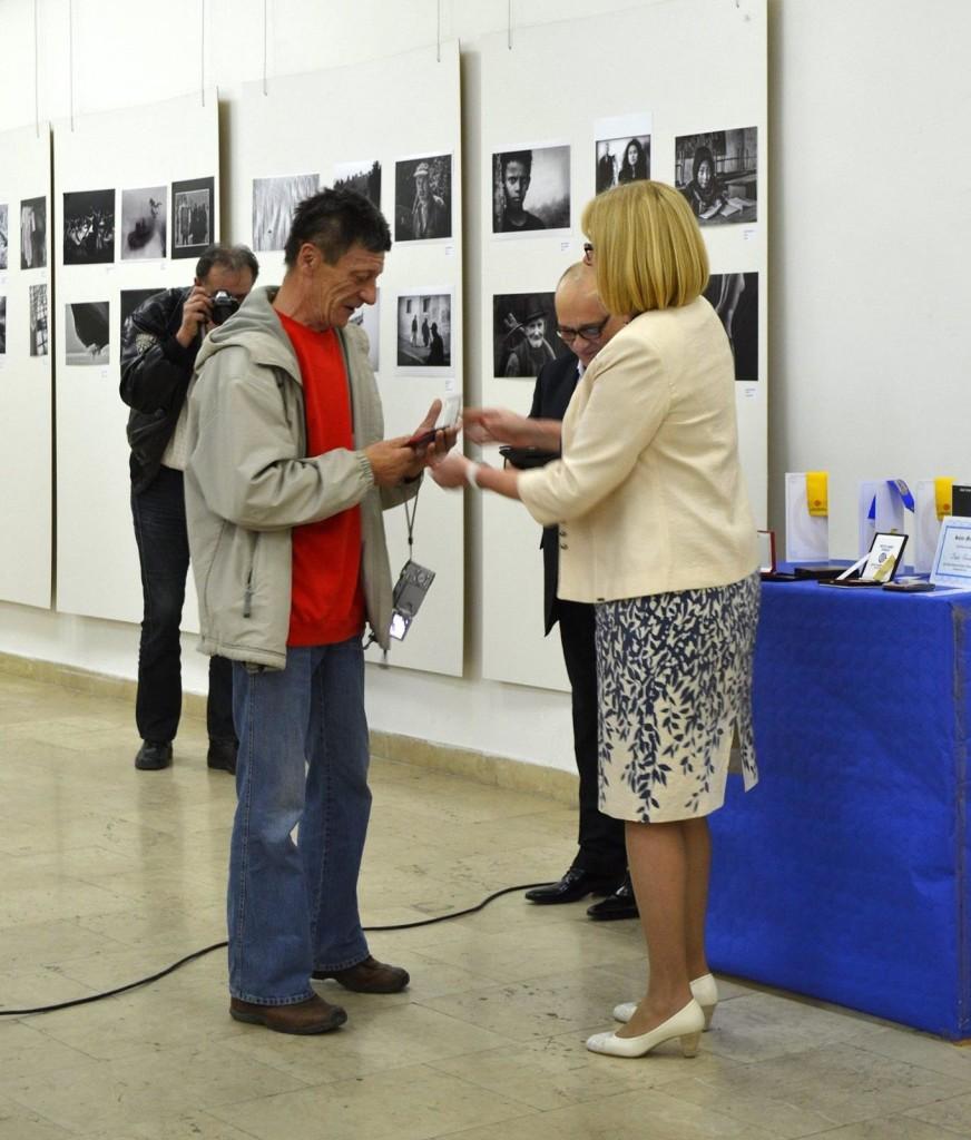 Umetnik fotografije Gospodin Pantelija Ilić prima medalju od Predsednice Srbija FOTO Prof. Ljiljane Vrzić